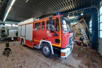 Das Tanklöschfahrzeug der Düsseldorfer Henkel-Werksfeuerwehr  passt gut in das leergeräumte Feuerwehrgerätehaus  der Kaller Wehr. Foto: Reiner Züll