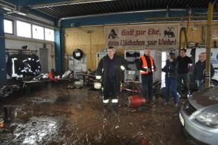 Beim Anblick der Verwüstungen im Inneren des Feuerwehrgerätehauses und der Zerstörung der gesamten Einsatzkleidung der Wehrleute zeigte sich Ina Scharrenbach entsetzt. Foto: Reiner Züll