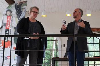 Freuen sich darauf, endlich wieder vor Menschen lesen zu dürfen: Die beiden Krimischriftsteller Elke Pistor und Ralf Kramp. Bild: Michael Thalken/Eifeler Presse Agentur/epa