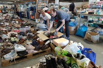 Innerhalb weniger Stunden füllte sich das Spendenlager für Non-Food-Artikeln. Aus ganz Deutschland waren Lkw-Ladungen von Hilfsgütern angeliefert worden, wie die Koordinatorin Melanie Frey (links) gestern Morgen berichtete. Foto: Reiner Züll