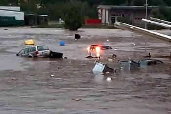 Um 22 Uhr schwammen in Kall die ersten Autos durch die Fluten. Foto: Reiner Züll