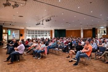 Endlich wieder Publikum bei einer Live-Veranstaltung. ELF-Festival-Leiter Dr. Josef Zierden freute sich über den großen Zuspruch. Foto: Harald Tittel