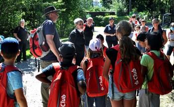 Die Hilfsgruppe Eifel hatte Kinder von Familien, die durch das Juli-Hochwasser Hab und Gut verloren hatten, zum Besuch des Wildgeheges in Hellenthal eingeladen. Die Kinder wurden von Mitgliedern der Hilfsgruppe betreut. Foto: Reiner Züll