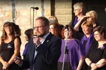 """Bürgermeister Alfred Schmidt, hier mit dem Gospelchor """"Spirit of Music"""" sorgte mit dafür, dass über 80.000 Euro an Spendengelder an die Gemeinde Kall gingen. Bild: Spirit of Music"""