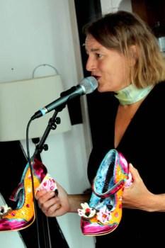 Durfte auch beim Konzert in Golbach nicht fehlen: Der Schuh-Blues von Susanne Riemer. Foto: Reiner Züll
