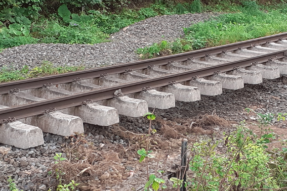 Besonders groß sind die Schäden zwischen Kall und Nettersheim. Hier wurden die Gleisanlagen an vielen Stellen unterspült und schweben in der Luft. Bild: Michael Thalken/Eifeler Presse Agentur/epa