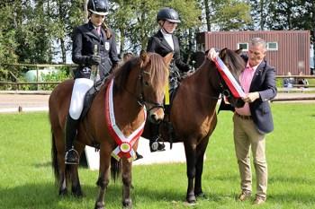 Bernd Hamacher, der selbst ein ausgezeichneter Reiter ist, freute sich, die Kreismeister ehren zu dürfen. Bild: Michael Thalken/Eifeler Presse Agentur/epa