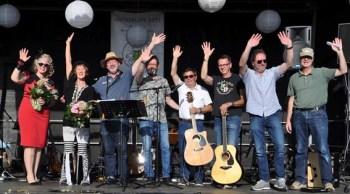 """Nach dem gemeinsamen finalen Abba-Song """"Thank you for the music"""" verabschiedeten sich alle Akteure von einem dankbaren Publikum. Foto: Reiner Züll"""