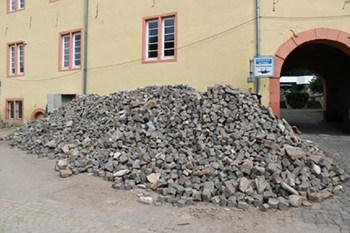 Im Wortsinn Berge zu versetzen gilt es in Bad Münstereifel nach der verheerenden Flutnacht. Foto: H. Bongart