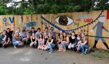 Der Bauzaun am Adlerhof wurde von den Weilerswister Schülern bunt angemalt. Bild: Roman Hövel/vogelsang ip