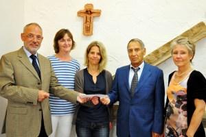 Theo Spiluttini (v.l.), Sylvia Krüger, Monika Stoffers,. Dr. Ahad Bazzazi und Christel Eppelt bei der Spendenübergabe. Bild: Caritasverband Euskirchen