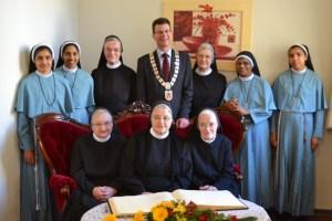 Bürgermeister Büttner lud die Schwestern ein, sich ins Goldene Buch der Stadt einzutragen. Bild: Marita Hochgürtel