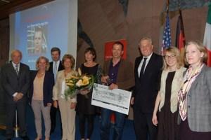 Klaus Dauven (Mitte) wurde jetzt mit dem Kulturpreis des Kreises Düren ausgezeichnet. Bild: Josef Kreutzer