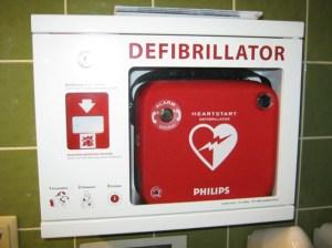 Der AED im Eifelbad in Bad Münstereifel kann potentiell Leben retten. Foto: Marita Hochgürtel/Stadt Bad Münstereifel