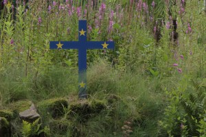 Die schlichten Holzkreuze werden von Schülerinnen und Schülern des Hermann-Josef-Kollegs bemalt und gehen dann auf Reise entlang der ehemaligen Westfront. Symbolbild: Michael Thalken/Eifeler Presse Agentur/epa