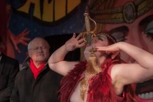 Das ging manchem Zuschauer nur schräg durch den Hals: Diese Dame schluckte gleich ein ganzes Schwert. Bild Gerhards/LVR