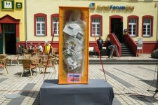 """Der Artist Orlando, ein Aktionskünstler aus Köln und in Kolumbien geborener Indianer, stieg in eine Vitrine mit der Beschriftung """"Auch ich bin deutsch erzogen"""". Bild: privat"""