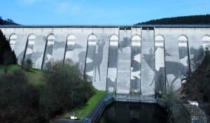 Mit diesem monumentalen Werk auf der Olefer Stauseemauer  wurde Klaus Dauven auch in der Eifel bekannt. Bild (Ausschnitt): Max Busch