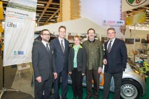 Staatssekretär Dr. Robert Kloos (2. v. r.) und der Bundestagsabgeordnete Detlef Seif (2. v. l.) wurden am Messestand von Freilinger Ortsvorsteherin Simone Böhm (Mitte), Landrat Günter Rosenke (rechts) und LEADER-Regionalmanager Alexander Sobotta (links) begrüßt. Bild: LEADER