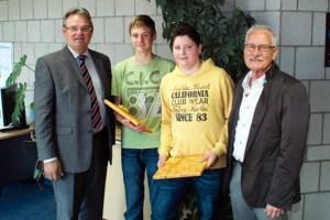 Landrat Günter Rosenke (links) ehrte die beiden Realschüler Pascal Dreßen und Simon Happrich. Schulleiter Willy Krause (rechts) ist stolz auf seine beiden Schüler. Bild: Anno Zilkens