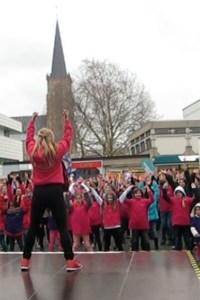 """Zahlreiche Menschen nahmen auch in Euskirchen am weltweiten Aktionstag """"One Billion Rising"""" teil. Bild: Elisabeth Geschwind"""