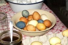Nicht ganz so bunt wie heute, dafür aber garantiert chemiefrei, so wurden die Ostereier früher gefärbt. Bild: LVR-Freilichtmuseum Kommern