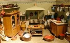 Ein Blick in die kleine Puppenküche sagt auch viel über die Lebenswirklichkeit in Biedermeier und Gründerzeit aus. Bild: LVR-Freilichtmuseum Kommern