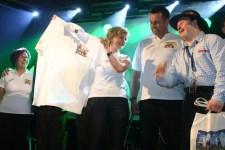 Für einen treuen Fan der Schmalzler, Josef Sterr (r.), hatte die Hilfsgruppe mit einem Fan-T-Shirt genau das richtige Geschenk im Gepäck.