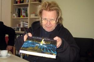 Für die Schulbibliothek hatte HA Schult einen opulenten Bildband über seine Arbeiten mitgebracht. Bild: HJK