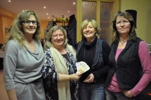 Hanni Latz (2.v.l.) und Claudia Nießen (rechts) übereichten in Vollem die Spende von 1800 Euro vom Pfarrgemeinderat Vlatten an Renate Engels (links) und Kathi Greuel (2.v.r.) von der Hilfsgruppe Eifel. (Bild: Reiner Züll)