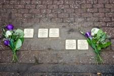 Nach der Verlegung wurden die Stolpersteine mit Blumen versehen. Bild: Tameer Gunnar Eden/Eifeler Presse Agentur/epa
