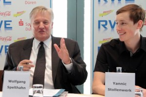 Landrat Wolfgang Spelthahn (links) stellte den 6. Indeland-TZRiathlon jetzt auf einer Pressekonferenz vor. Bild: Michael Thalken/Eifeler Presse Agentur/epa