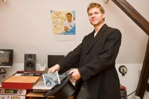 """Kinderliedermacher Uwe Reetz hat in zwei Jahren Arbeit eine neue CD gezaubert: Das Album mit dem Titel """"Zauberei"""" hat er zusammen mit begleitenden Kindern im eigenen Studio aufgenommen. Bild: Tameer Gunnar Eden/Eifeler Presse Agentur/epa"""