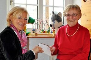 Caritas-Fachbereichsleiterin Cilly von Sturm (l.) bekam von Inge Misgeld (Katholischen Frauengemeinschaft Stotzheim) eine Spende für bedürftige junge Familien. Foto: Caritas Euskirchen