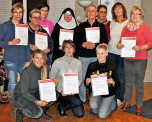 Die zehn neuen Demenzhelfer präsentierten gemeinsam mit der Koordinatorin der Caritas, Silvia Krüger (2.v.r.), ihre Zertifikate. Bild: Carsten Düppengießer