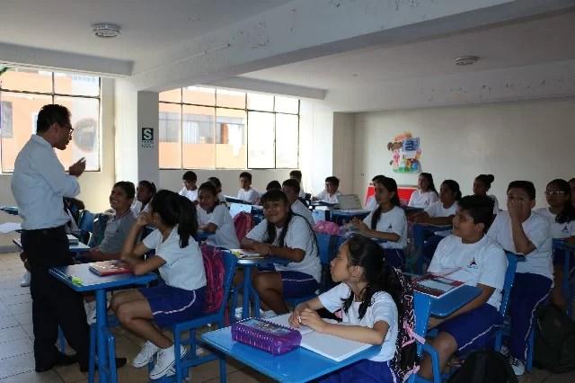 aula con estudiantes y maestro