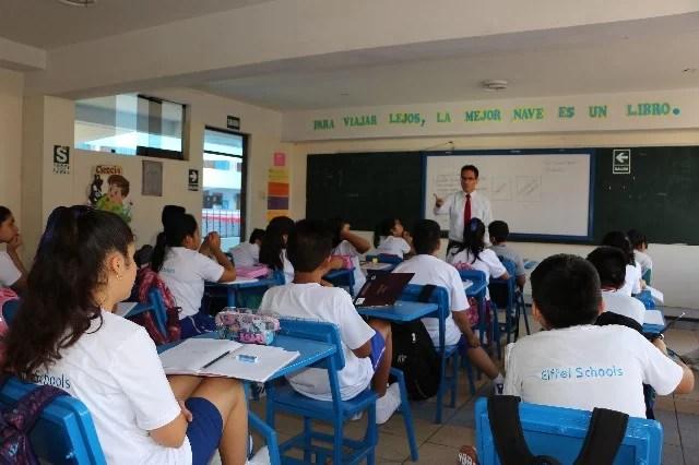 estudiantes con profesor en aula