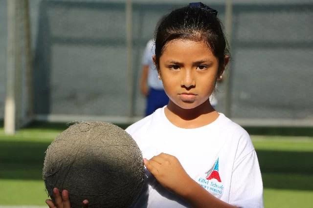 niña con balón
