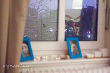 Sarahs Blick auf die Spiegelung im Fenster