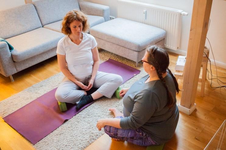 Dörte und Julia machen Yoga