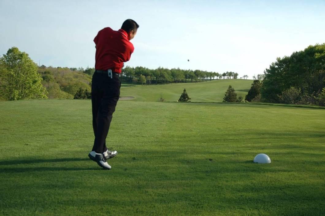 講師紹介・ゴルフのドラーバーを振っているデイビット講師 - 函館英会話教室EigoLa