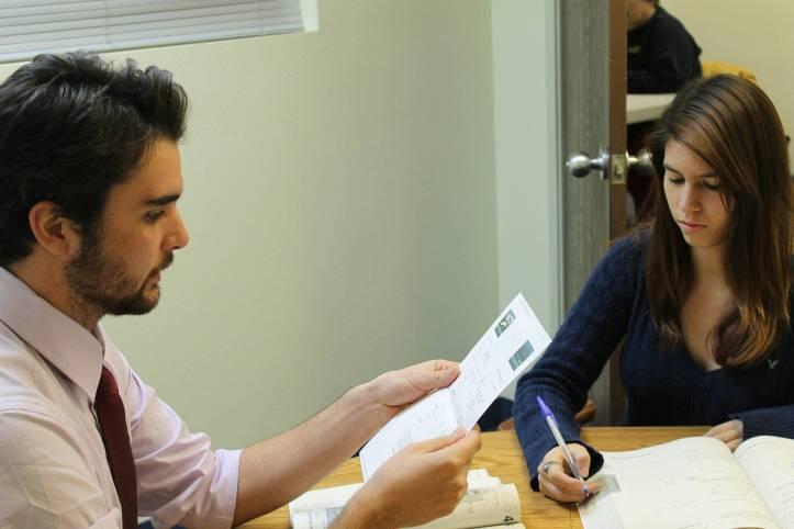 男性先生が女性生徒に何かを説明している - 函館英会話教室EigoLa - レッスン情報