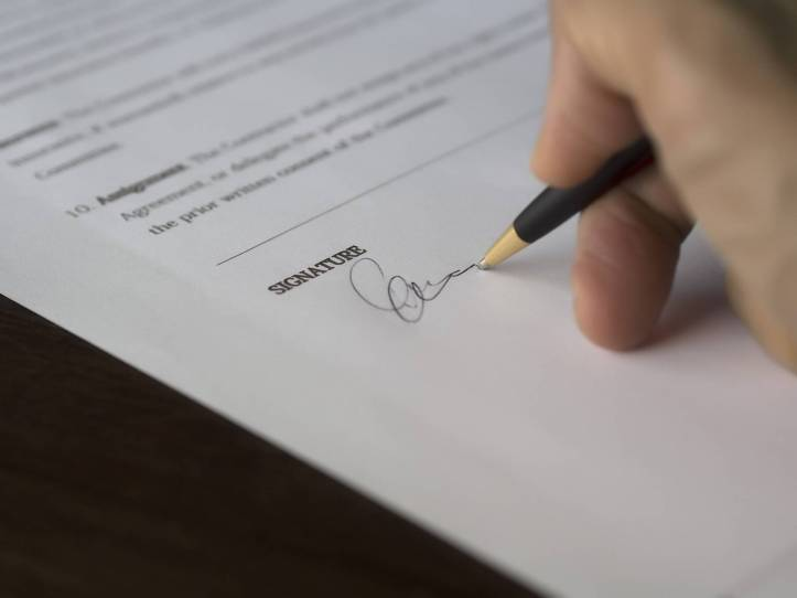 ビジネス英語 商談 勉強内容 サインしている写真