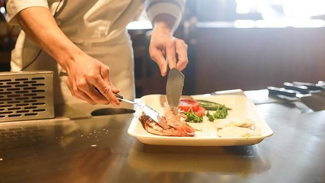 レストランで料理する男性
