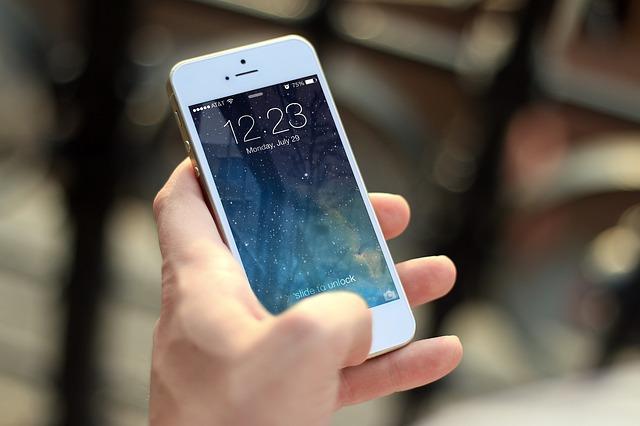 iphoneを持つ手