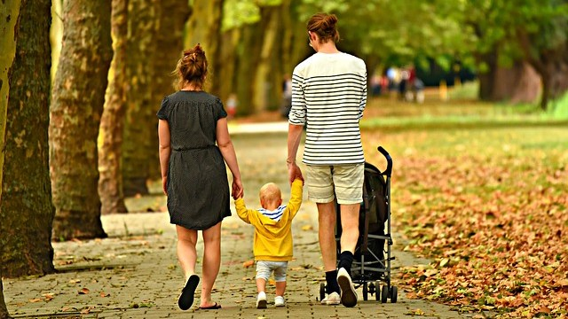 靴を履いた子育てママとパパと子供