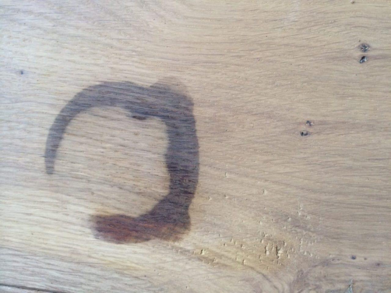 zwarte vlek in eiken vloer