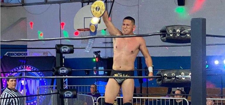 Foto-1-El-luchador-latino-Rayo-se-proclama-como-primer-International-Open-Challenge-World-Champion.