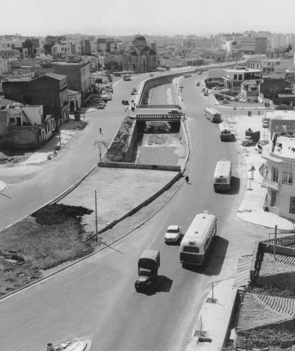 Ο Ιλισός, όταν κυλούσε στη μέση της Καλλιρόης | Αθήνα, 1963 Φωτογράφος: Δημοσθένης Μπούκης