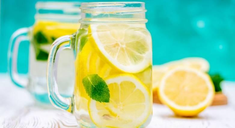 Νερό με λεμόνι: 4 πράγματα που δεν ξέρετε ότι μπορεί να κάνει για εσάς